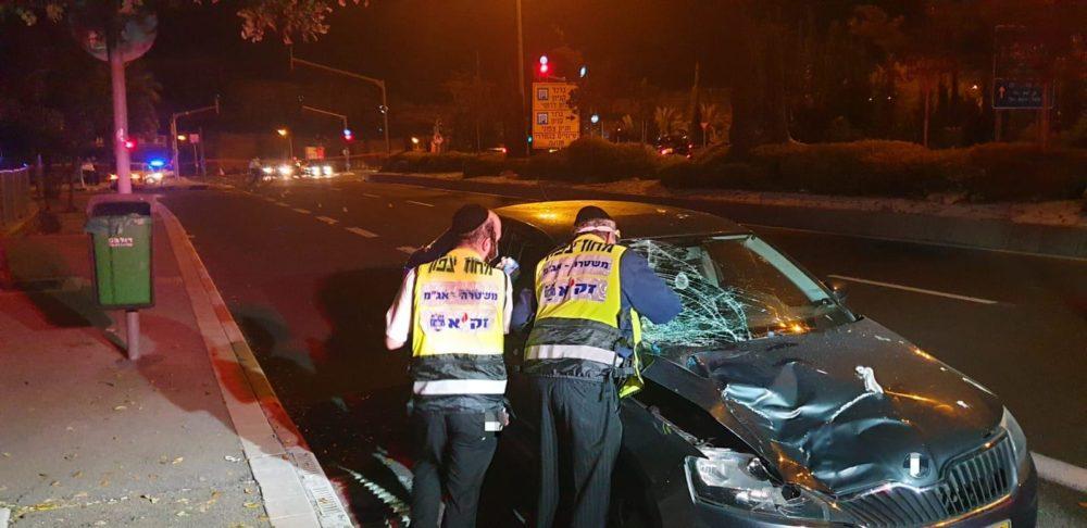 """אשה נהרגה בתאונת דרכים בדרך שמחה גולן בחיפה (צילום: זק""""א)"""