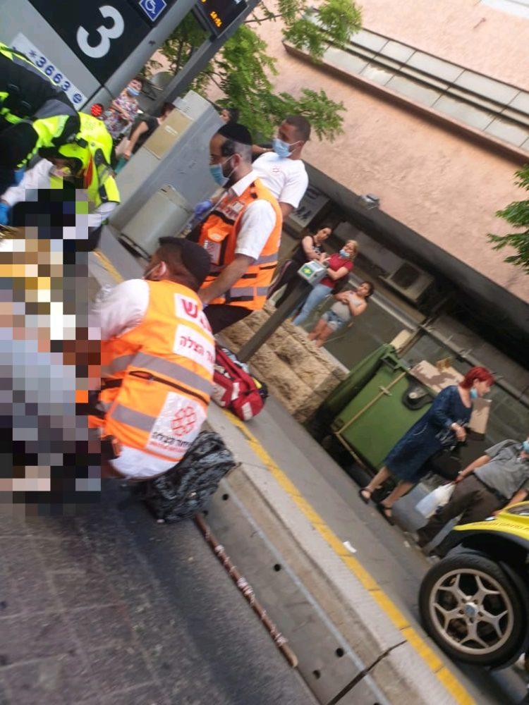 זירת התאונה - הולך רגל נפגע ממטרונית בחיפה (צילום: איחוד הצלה)