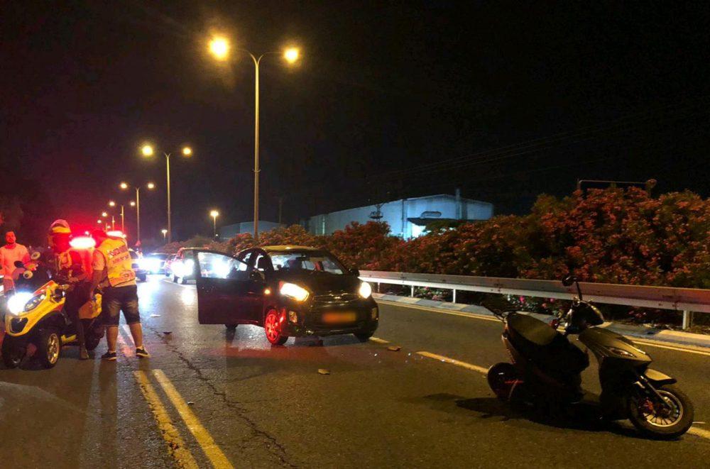 """רוכב אופנוע שנפגע מרכב בדרך עכו חיפה בקרית ביאליק (צילום: מד""""א)"""