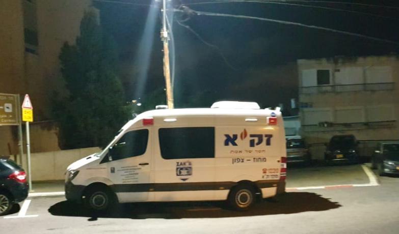 """ניידת זק""""א - איתור גופה במצב ריקבון ברחוב האילנו בחיפה (צילום: אהרן ברוך לייבוביץ)"""