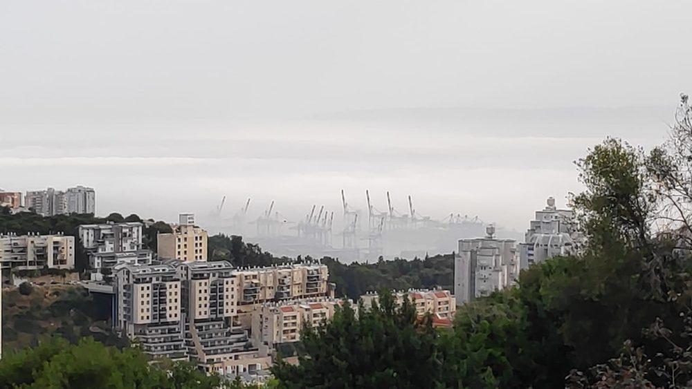 ערפל כבד במפרץ חיפה (צילום: מנדי שפונד)