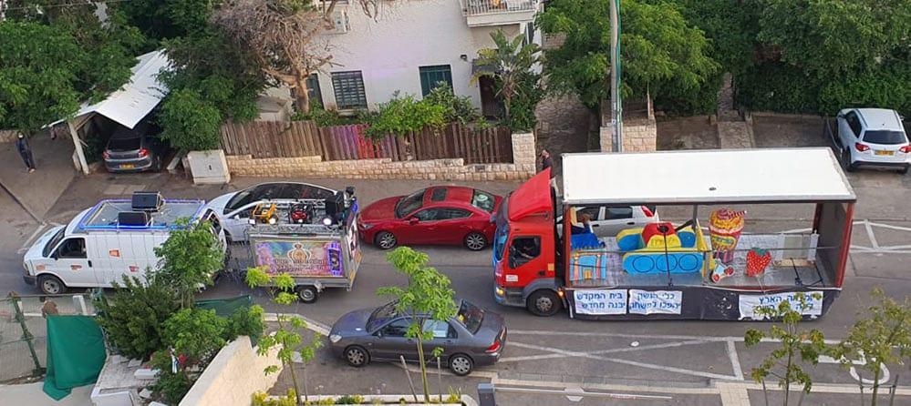 """משאית השמחה  של חב""""ד - ל""""ג בעומר בתקופת הקורונה (צילום: נילי בנו)"""