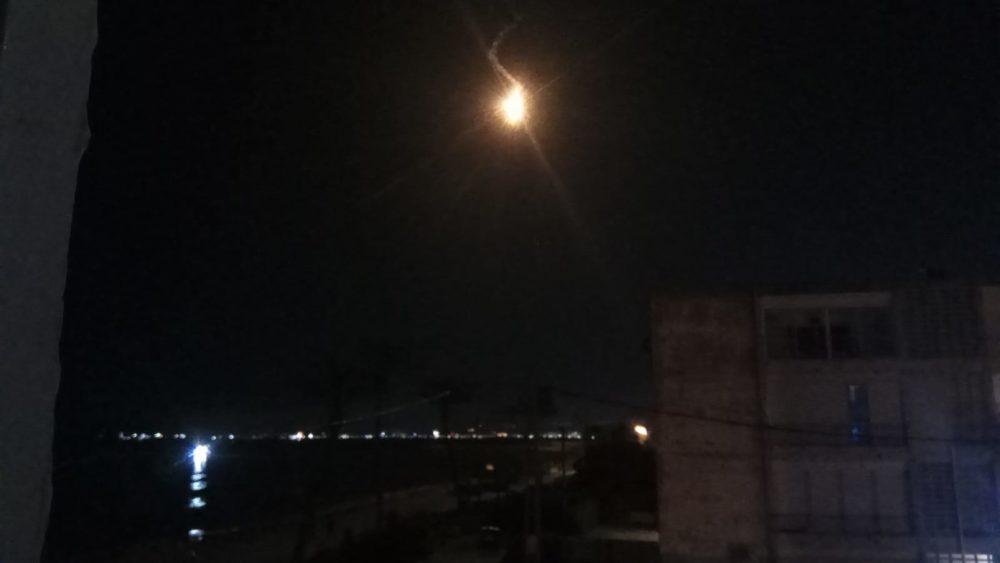 פצצת תאורה מול טיילת בת גלים בחיפה (צילום: אלכס שטיינמן)