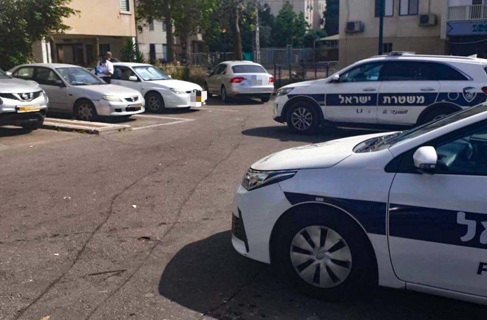 ניידות משטרה בזירת מציאת גופה (צילום: אהרן ברוך לייבוביץ)