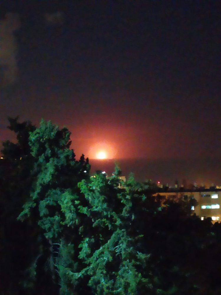 לפיד ענק באסדת הגז של נובל אנרג'י מול חוף דור (צילום: אורית גולקו)