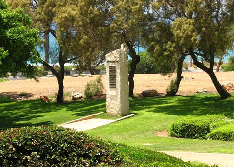 האנדרטה לזכר הנופלים בנווה דוד - כאן יוקם פארק מנגלים (צילום: אושר טקש)