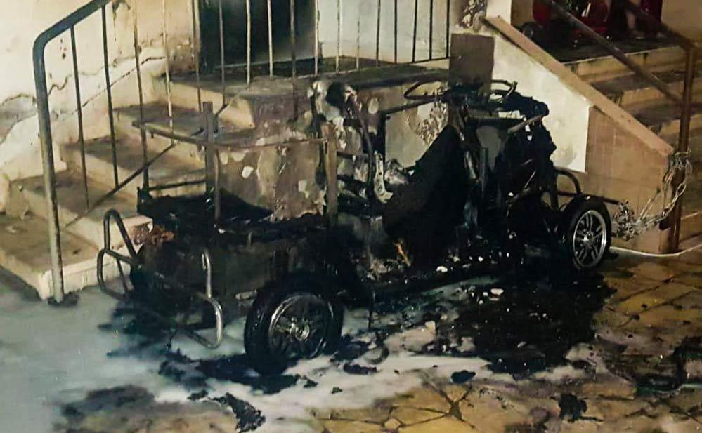 קלנועית נשרפה מתחת לחדר מדרגות ברחוב הגליל בחיפה (צילום: כבאות והצלה)
