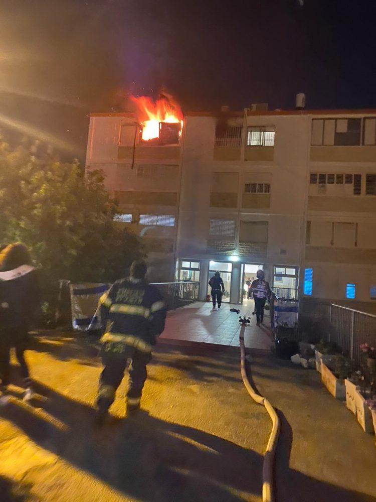 דירה בוערת בבית לחם בחיפה (צילום: כבאות והצלה)