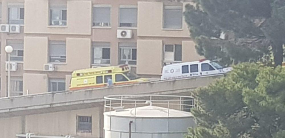אמבולנסים בכניסה לבית האבות משען בחיפה (צילום: רותי קליים - שיינין)