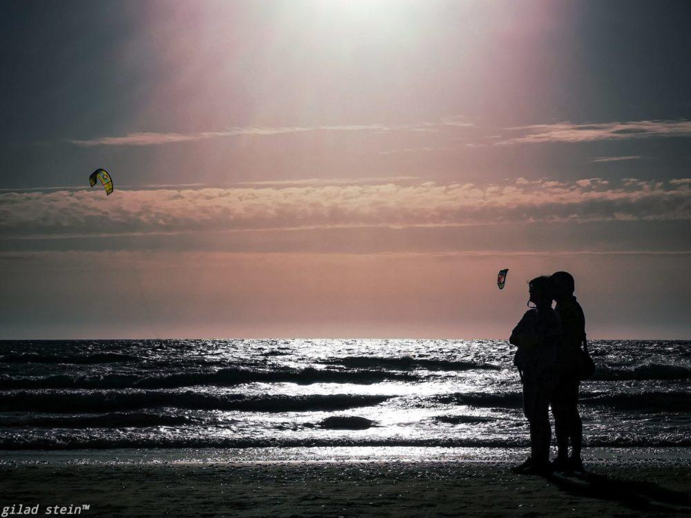 זוג ושקיעה בחוף הים (צילום: גלעד שטיין)