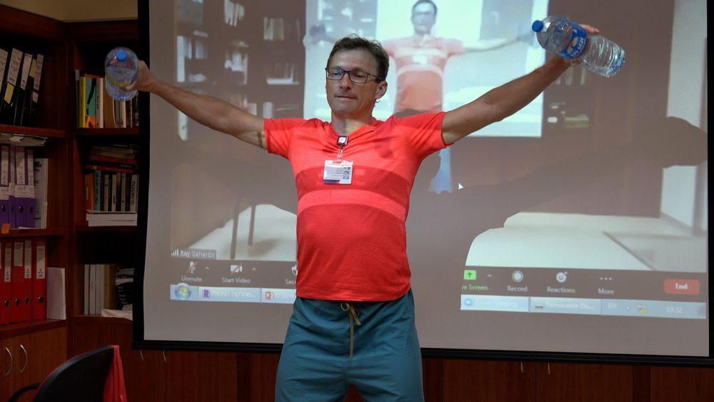 """בתמונה: גלב סחרוב מעביר מפגש פעילות גופנית בזום למטופלי המערך ההמטולוגי ברמב""""ם (צילום: דוברות רמב""""ם)"""