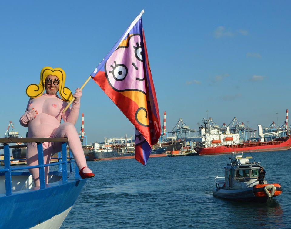 """שושקה מפליגה לטקס """"פסטיבל השרוטים"""", בביקור קודם בחיפה (צילום:די טרא ליטמן)"""