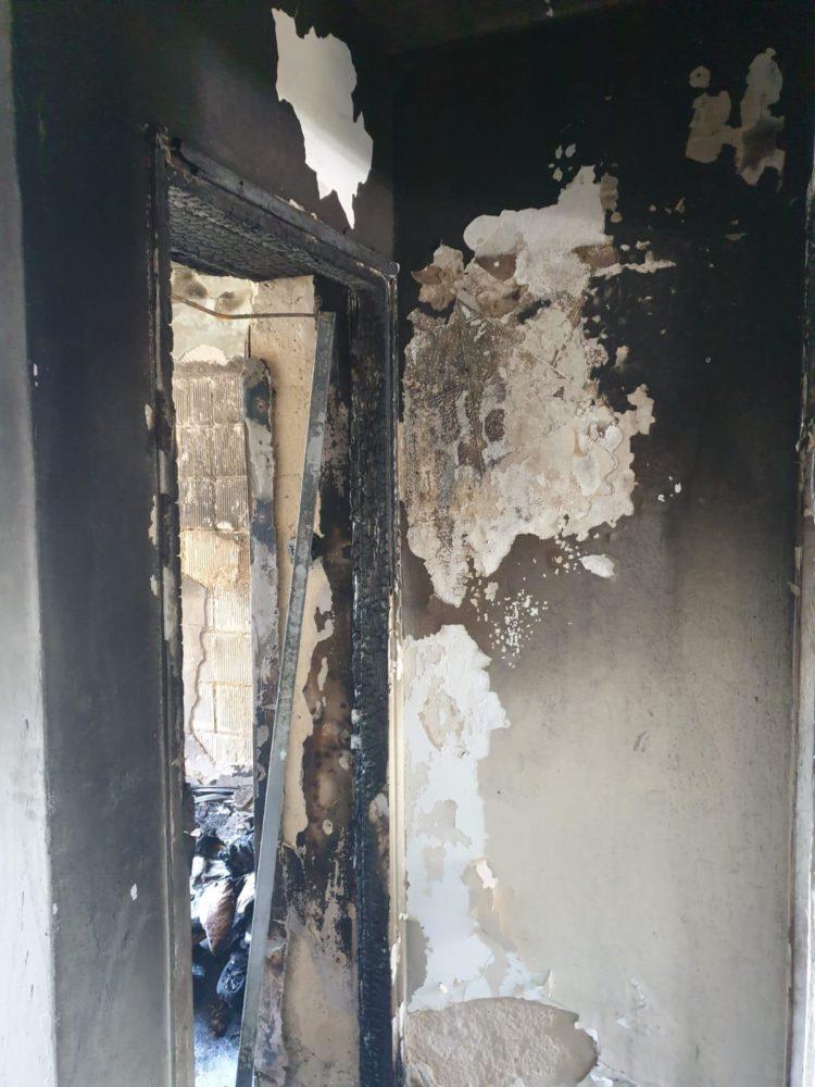 הדירה נשרפה כליל - שריפה עזה בדירה בבניין מגורים בחיפה (צילום: לוחמי האש)