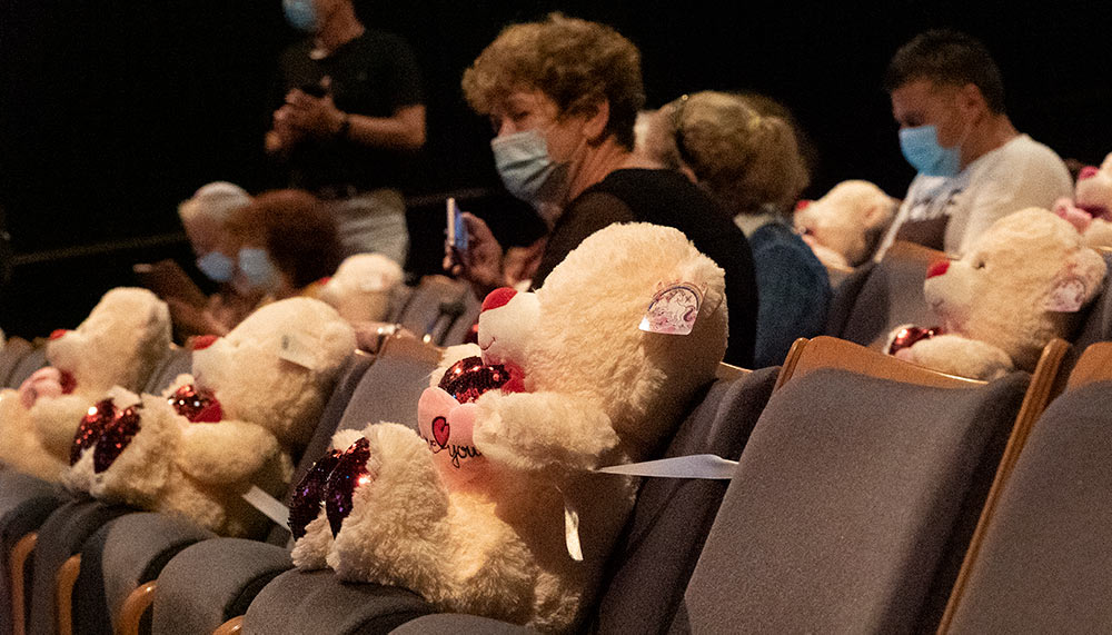 תאטרון חיפה - הפרדה פיזית בין הצופים התקיימה באמצעות דובונים שנקשרו לכיסאות בין הצופים (צילום: ירון כרמי)