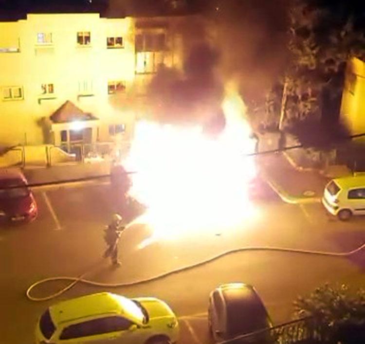 כלי רכב עולים באש ברחוב מרגלית בחיפה (צילום: חי פה)