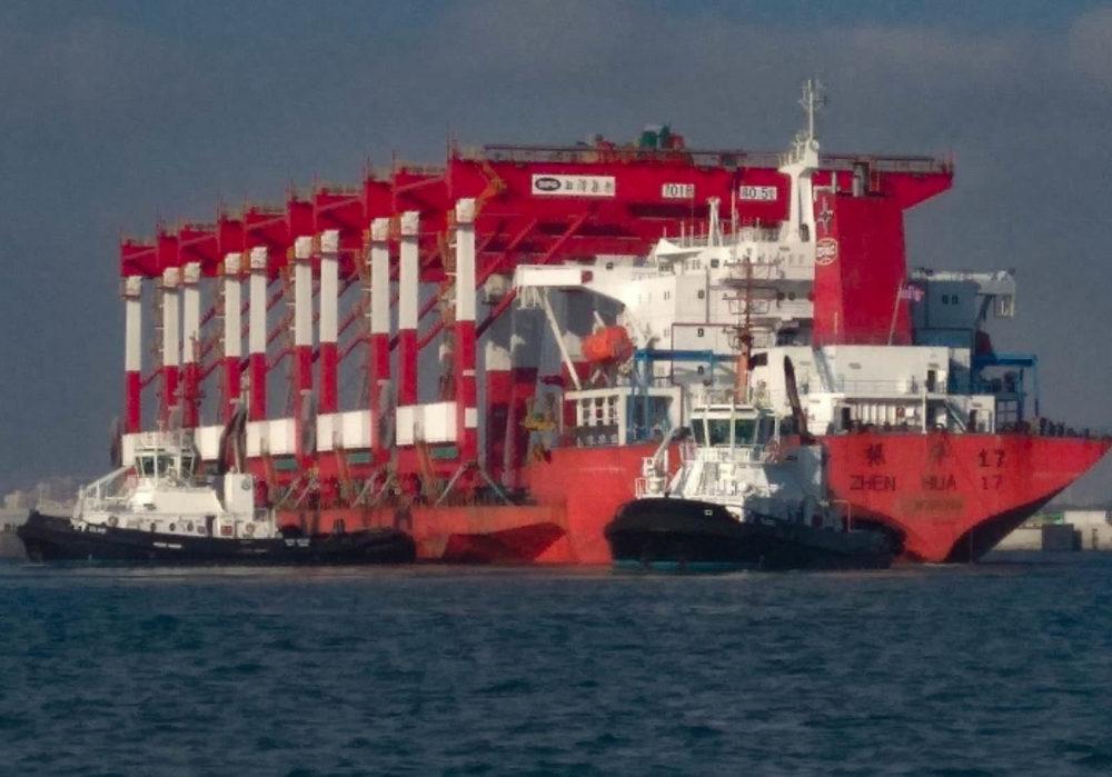 מנופים ראשונים נפרקים בנמל המפרץ בחיפה (צילום: ליאורה גינת, על היאכטה שיינה של דני אמסטר)