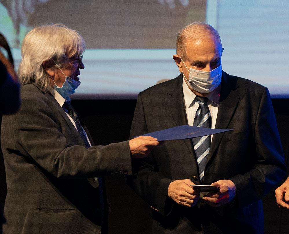 פרופסור אדוארד אבינדר מקבל את עיטור פול האריס - רוטרי הוד הכרמל (צילום: ירון כרמי)
