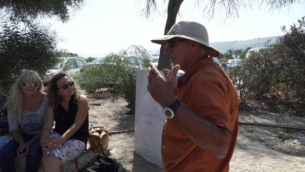 יוחאי פלצור מעביר תדריך לקראת שיוט - שייטי הכרמל (צילום: ירון כרמי)