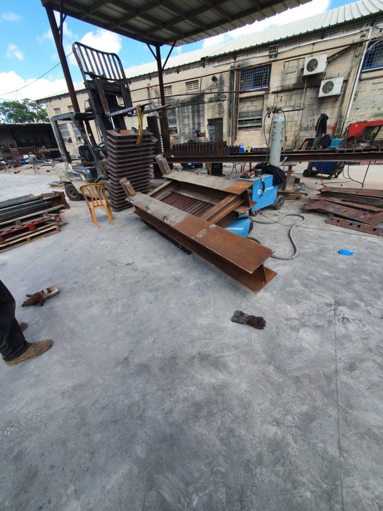 מתקן ברזל נפל על פועל במסגריה ברחוב המלאכה בחיפה (צילום: איחוד הצלה)