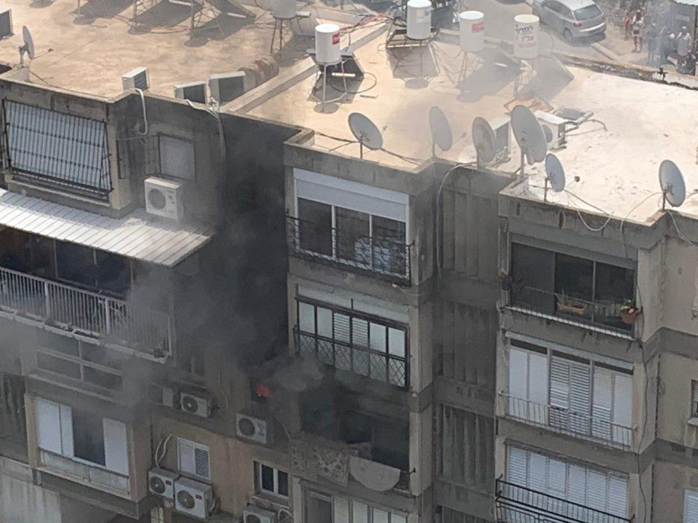 שריפה בדירה בבניין מגורים בחיפה (צילום: נור אלדין אלעבאסי)