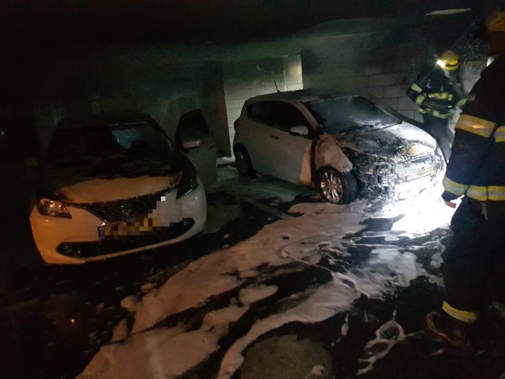 שריפת כלי רכב תחת בניין בן 8 קומות ברחוב נווה גנים בחיפה (צילום: כבאות והצלה)
