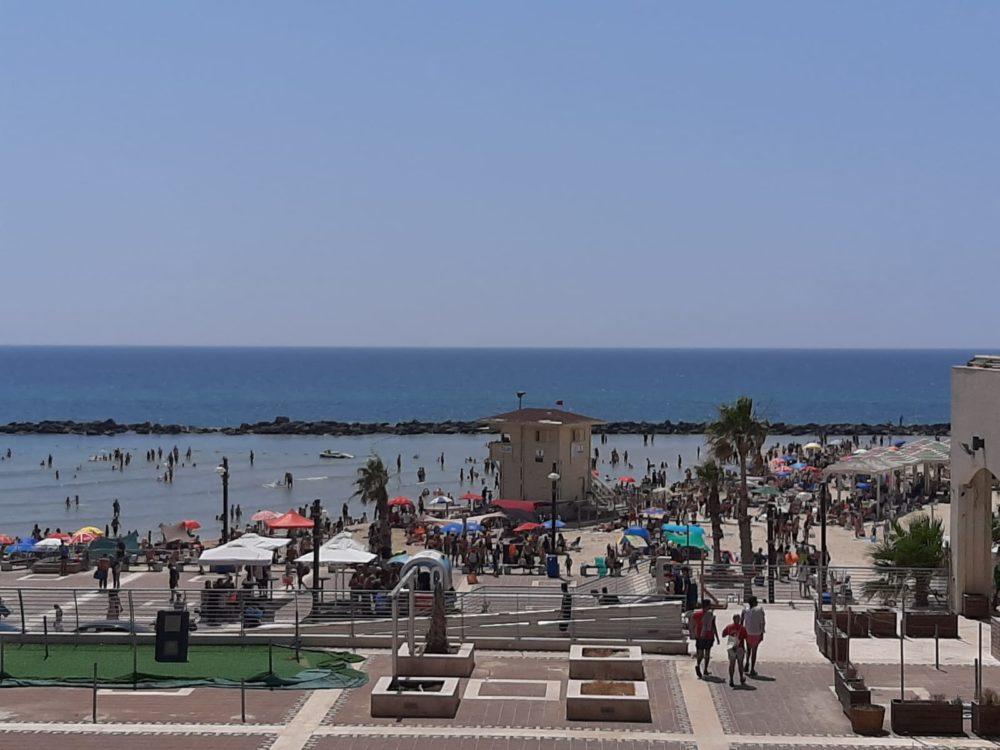 חוף מרידיאן בחיפה - בחופי חיפה עומס כבד (צילום: ניקו קירילנקו)