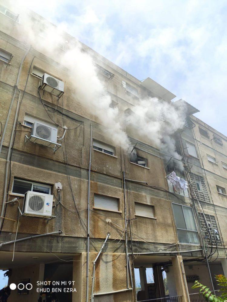 """שרפה בבית מגורים ברחוב ש""""י עגנון בחיפה (צילום: לוחמי האש)"""