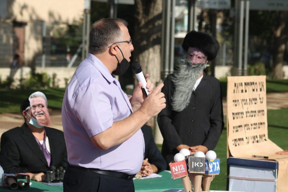 אלי דוקורסקי, ראש עיריית קריית ביאליק, בהפגנה למען עתיד מפרץ חיפה (צילום: אלונה שרף)