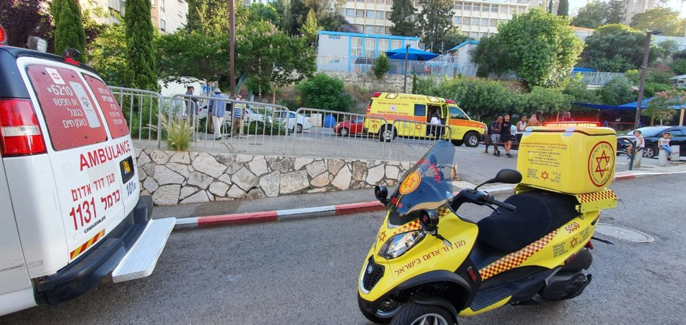 """דקירה ברחוב חטיבת כרמלי בחיפה (צילום : יוסי רוזנטל תיעוד מבצעי מד""""א)"""