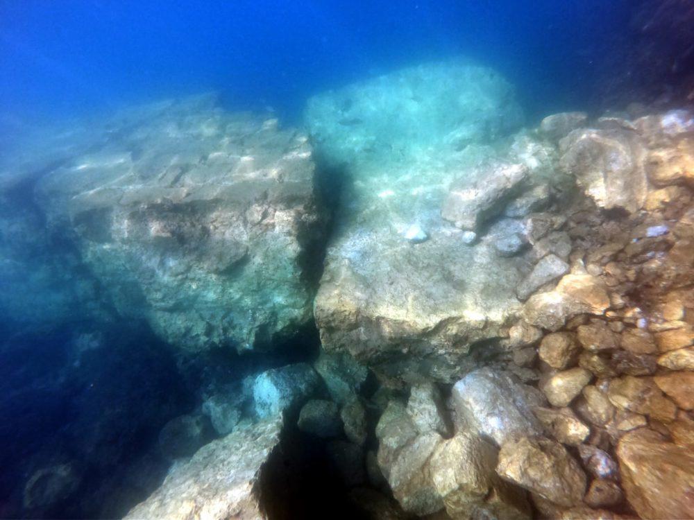 מראה מתחת למים, שברי הקיר, מגדל הזבובים (צילום: מוטי מנדלסון)