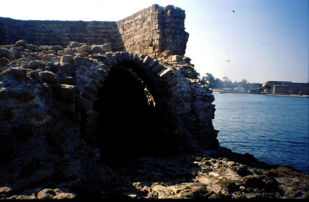 מגדל הזבובים בעכו  הקיר שקרס (צילום: מוטי מנדלסון)
