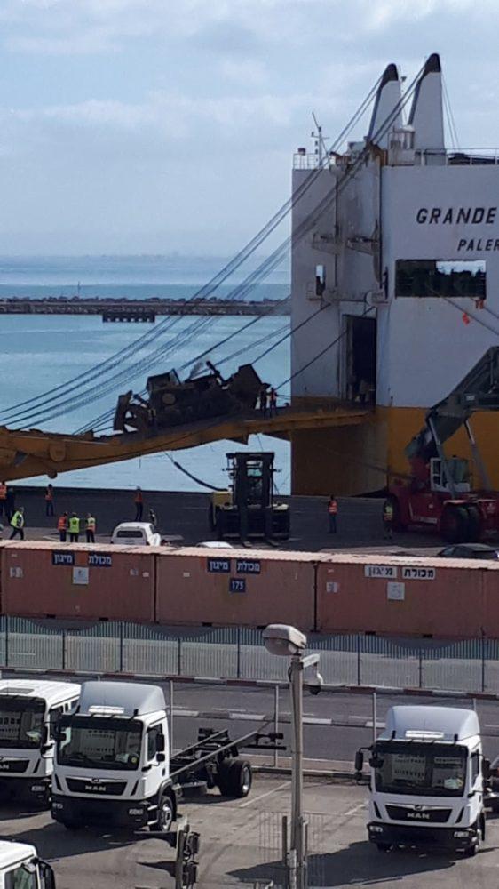 התהפכות הטרקטור בנמל חיפה  (צילום: דוברות נמל חיפה)