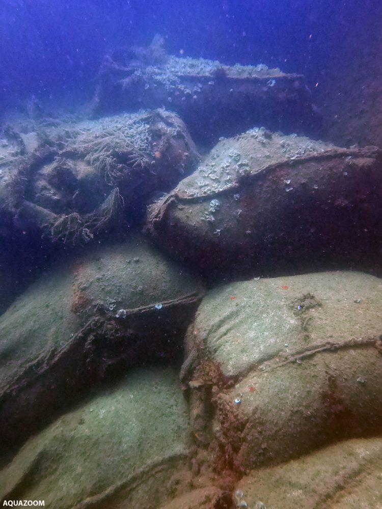 שקי המלט מהאוניה הטבועה (צילום: אמייר וייצמן)