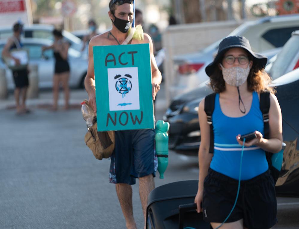"""מיצג תנועת """"XR - המרד בהכחדה"""" - טיילת בת גלים בחיפה (צילום: ירון כרמי)"""