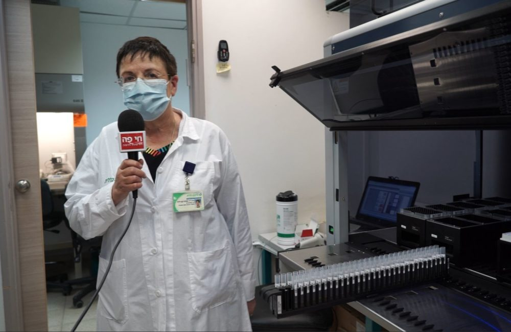 """ד""""ר שפרה קן-דרור - מנהלת מעבדת המיקרוביולוגיה והקורונה • מסע מצולם במעבדת כללית בנשר (צילום: ירון כרמי)"""