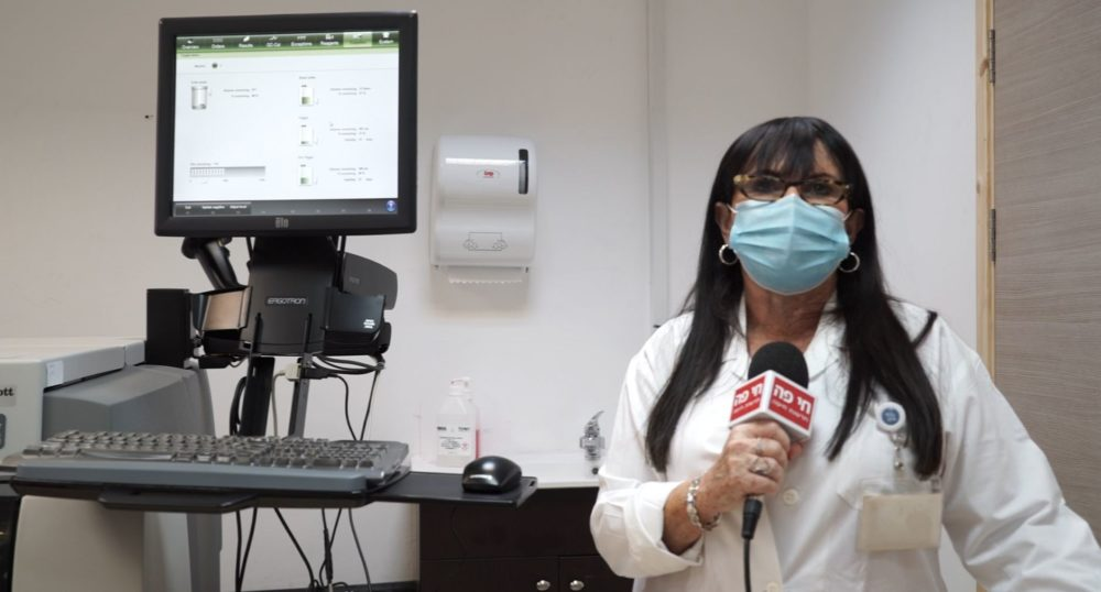 """ד""""ר מירה ברק - מנהלת מעבדות הכללית בנשר, במעבדת הסרולוגיה • מסע מצולם במעבדת כללית בנשר (צילום: ירון כרמי)"""