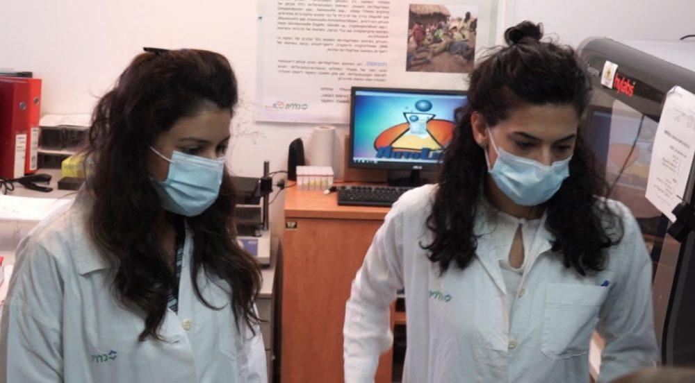 עובדות מעבדה מבצעות בדיקות קורונה • מסע מצולם במעבדת כללית בנשר (צילום: ירון כרמי)