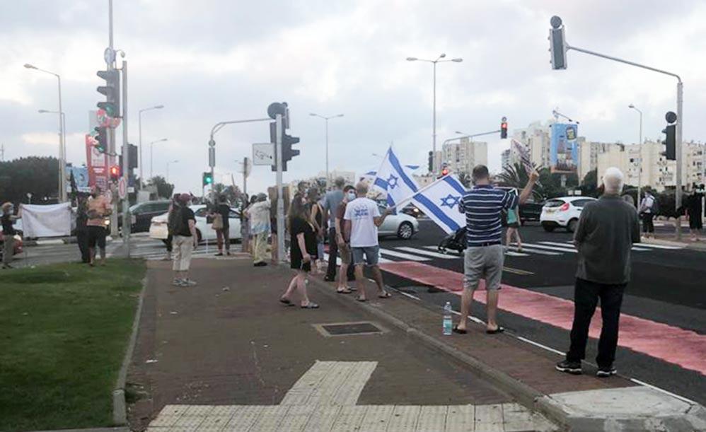 עשרות מפגינים נגד מדיניות הממשלה במשבר הקורונה - חיפה - צומת מקסים (צילום: ליאת מולכו)