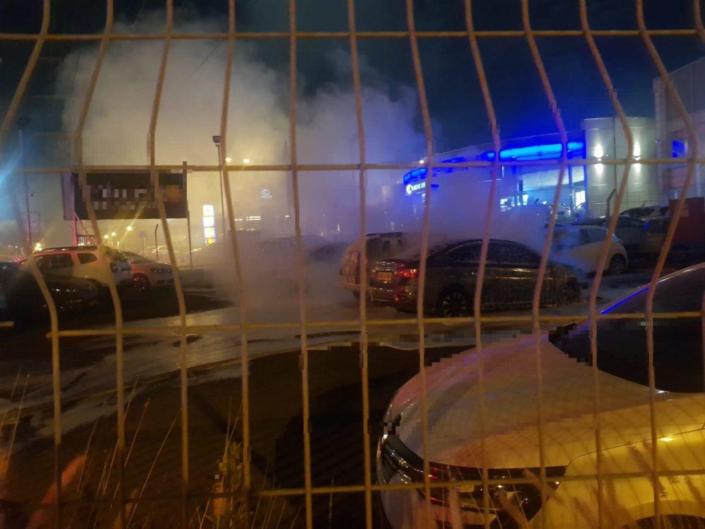 שריפת רכבים במגרש ברחוב האשלג בחיפה (צילום: כבאות והצלה)