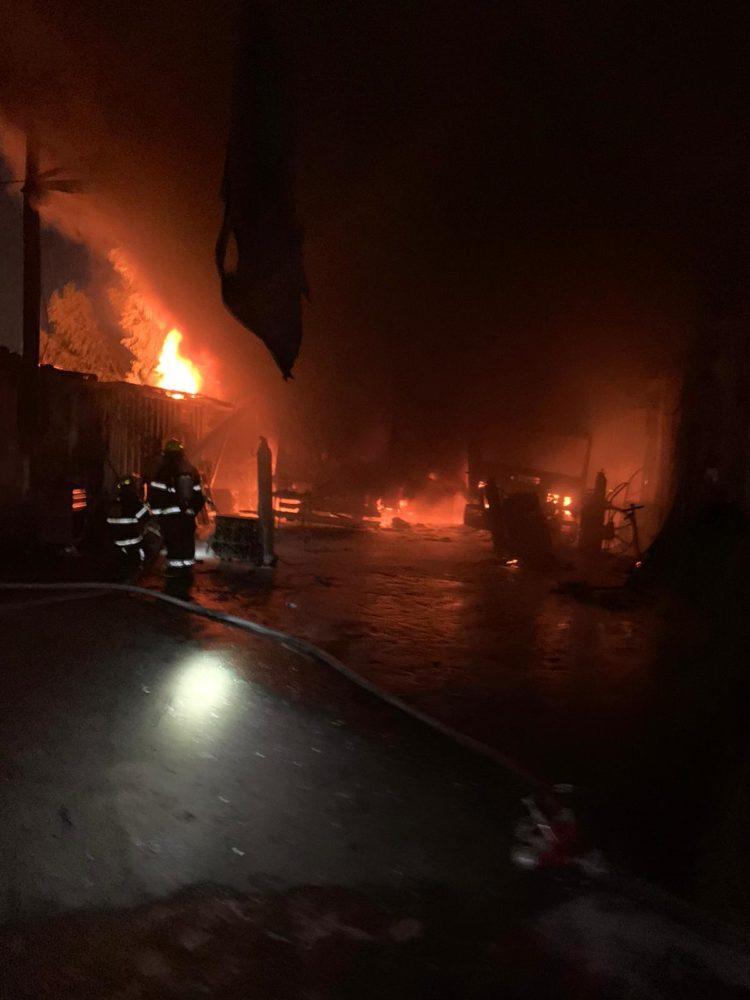 מפעל לייצור ארגזי משאיות עולה באש בקריית אתא (צילום: כבאות והצלה)