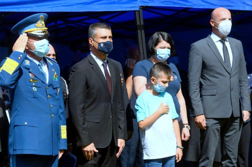 שגריר ישראל ברומניה ובני משפחת הקצין הרומני, שטפן דרגנאה, שניספה באסון (צילום: שגרירות ישראל ברומניה)