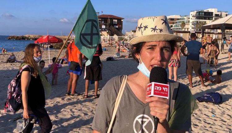 """שקד ארד - מיצג תנועת """"XR - המרד בהכחדה"""" - טיילת בת גלים בחיפה (צילום: ירון כרמי)"""
