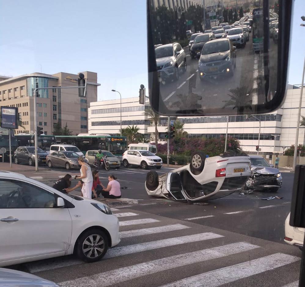 """תאונת דרכים בצומת מת""""ם - רכב הפוך במרכז הצומת (צילום: הדר)"""