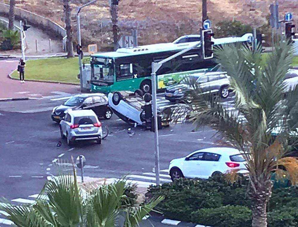 """תאונת דרכים בצומת מת""""ם - רכב הפוך במרכז הצומת (צילום: יאן שפירו)"""