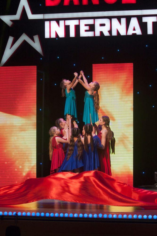 """תלמידות המתנ""""ס בהופעה (צילום: קרן סיומין)"""