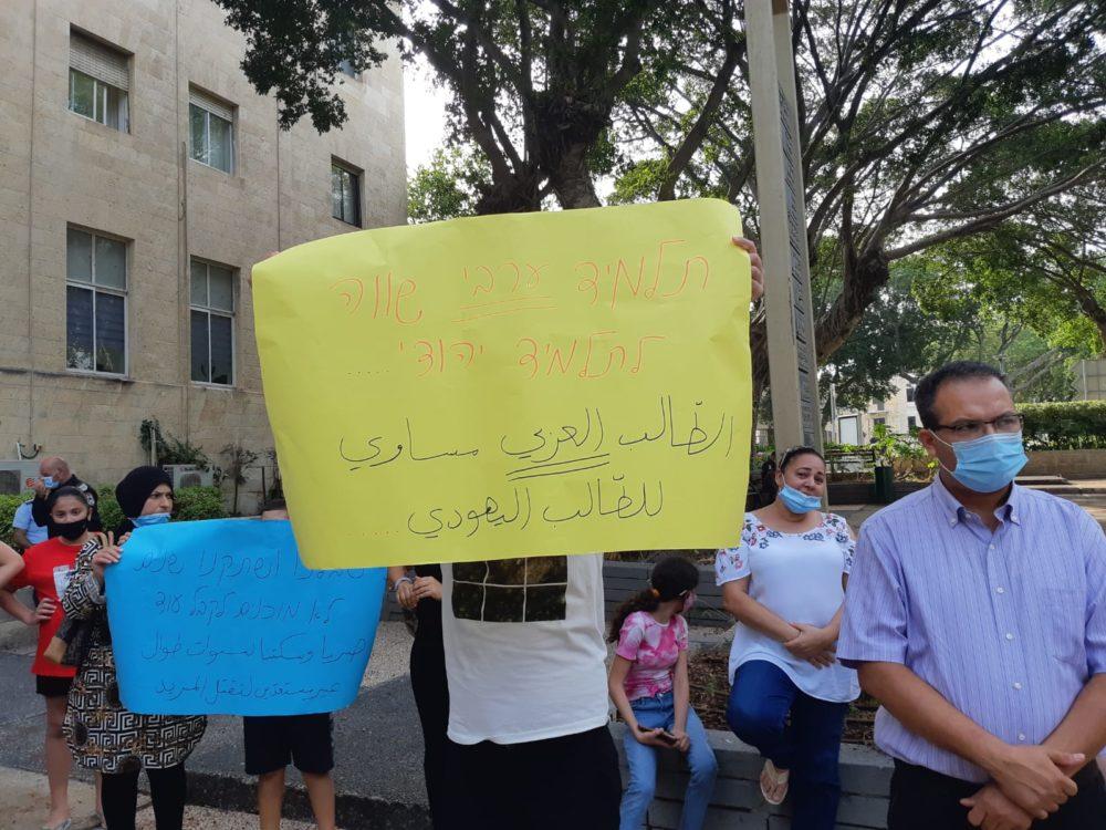 """כיתוב השלט: """"תלמיד ערבי שווה לתלמיד יהודי"""" (צילום: טלי מילוא)"""