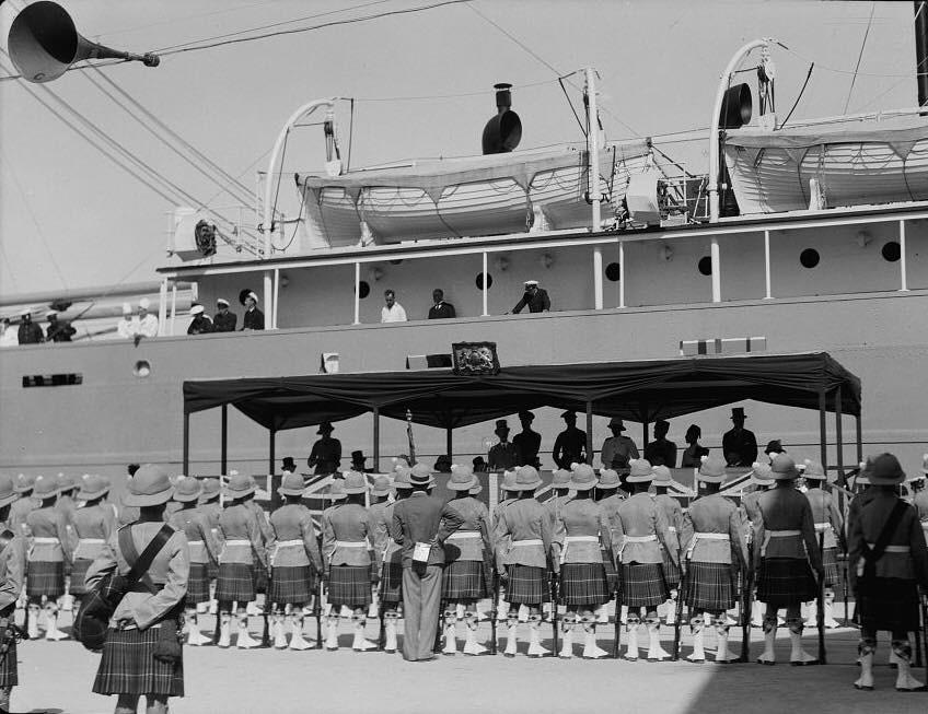 אוניה מגיעה לנמל חיפה בימי המנדט הבריטי (צילום: באדיבות דוברות נמל חיפה)