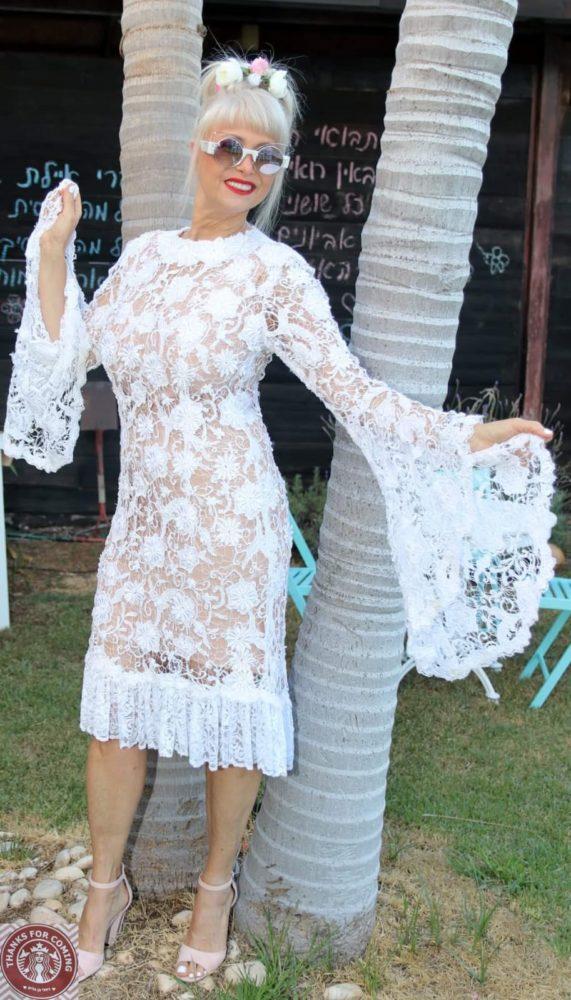 רחלי בן גלים עם שמלת יומולדת שעיצב לה קדוש