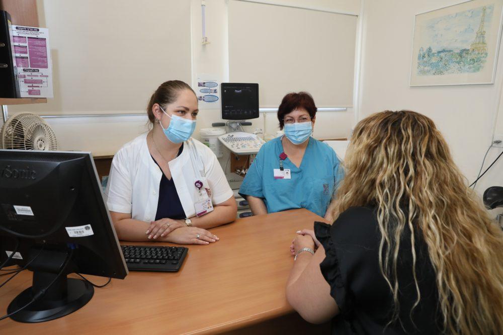 """צילום אילוסטרציה של דר' פטרוסב ונורית אריאל עם מטופלת במרפאה. צילום: הקריה הרפואית רמב""""ם."""