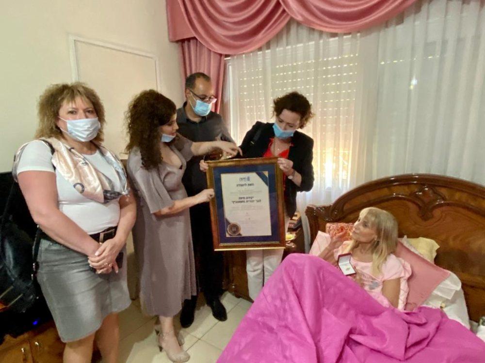 יהודית זוסמנוביץ' מקבלת את הפרס מנעמה לזימי (צילום ראובן כהן דוברות עיריית חיפה)